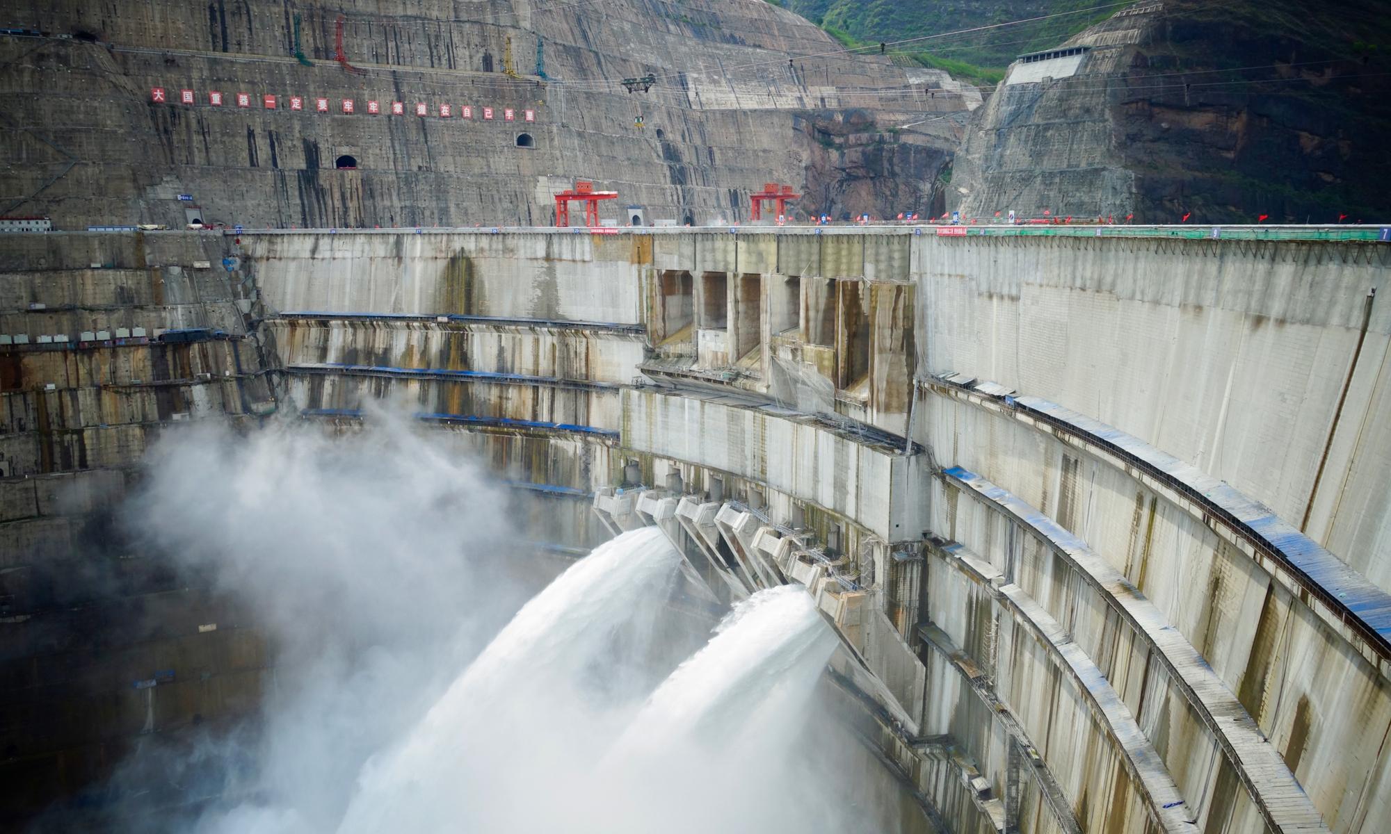 Плотина Байгетан открывается для выпуска воды. Фото: Lin Xiaoyi/GT