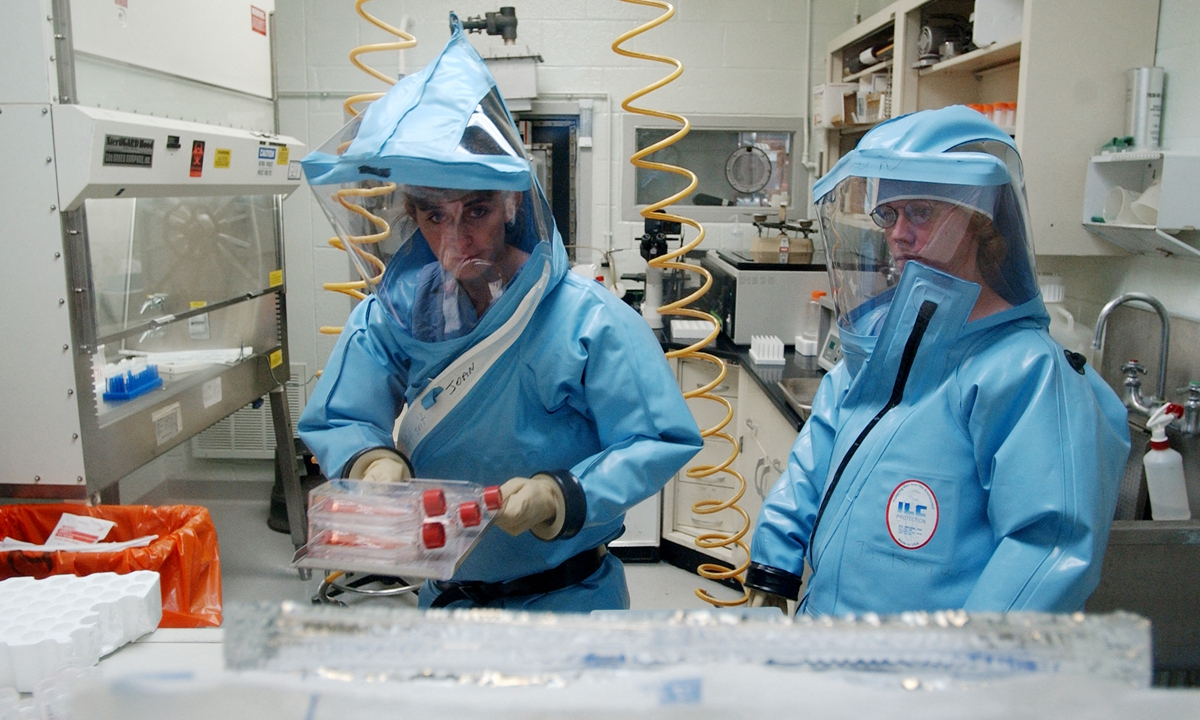 Research personnel work inside the bio-level 4 lab at the USAMRIID at Fort Detrick on September 26, 2002. Photo: AFP
