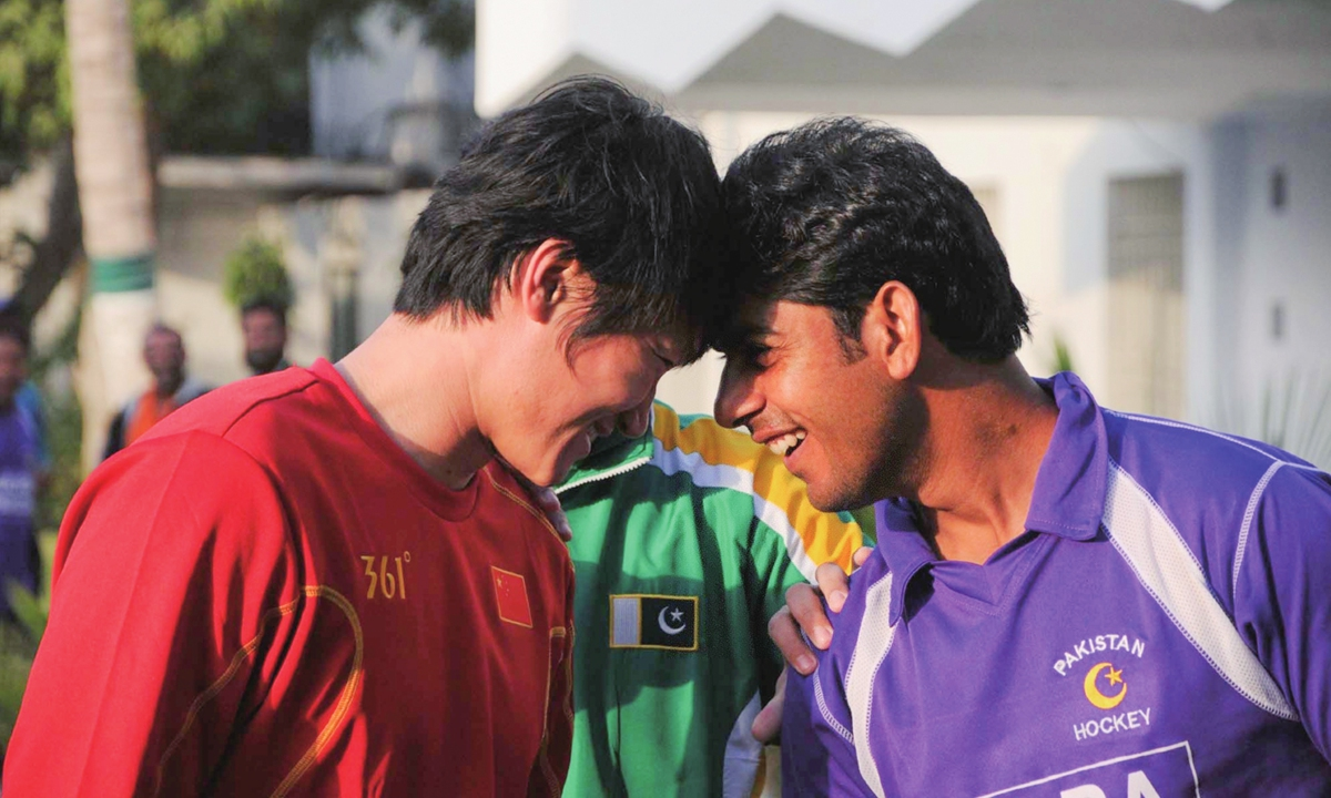 Captains of the Chinese and Pakistani hockey national teams greet each other before a training in Karachi. Photos: Xinhua