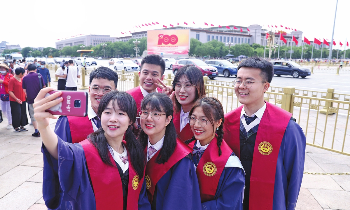 Some students in academic gowns take a group photo at the Tian'anmen Square on Saturday.Photo: IC