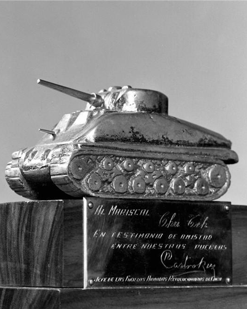 In July 1959, Raúl Castro sends a gift to the Chinese people through the Chinese press delegation. It was a model tank won by the Cuban rebels when they overthrew Fulgencio Batista's dictatorship.