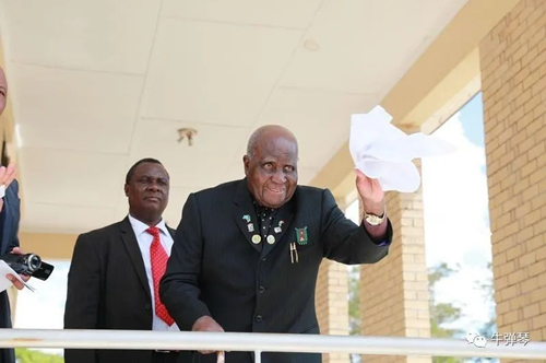 Kenneth Kaunda bidding farewell to Chinese guests