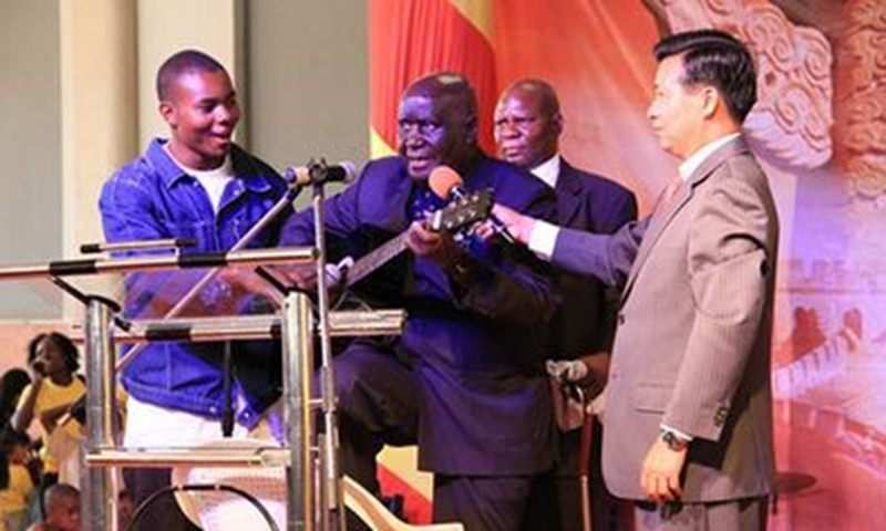 Kenneth Kaunda singing his self-composed song at the Chinese Spring Festival temple fair
