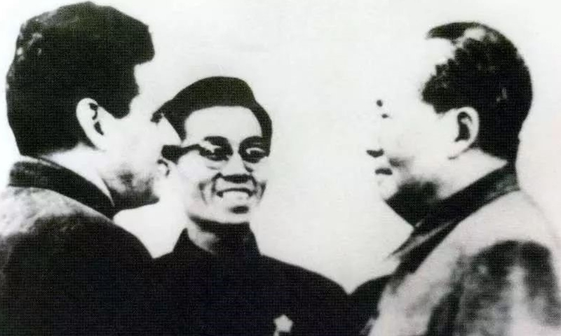 Vicente Rovetta in a convivial conversation with Mao Zedong in 1967