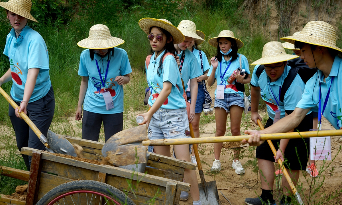 Some international students take part in manual labor. Photo: Chen Xia/GT
