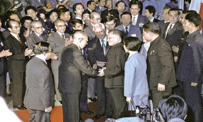 Deng Xiaoping shakes hands with Konosuke Matsushita, founder of Matsushita Electric, during Deng's visit to the company.
