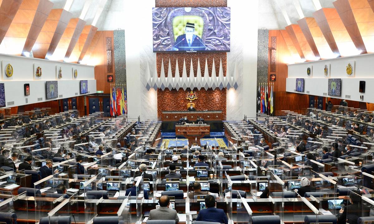 马来西亚吉隆坡国会众议院特别会议于周一召开,这是自 1 月以来首次在冠状病毒紧急情况下暂停。 一位部长周一表示,紧急状态不会超过 8 月 1 日。 照片:法新社