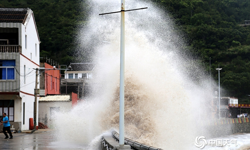 Huge waves caused by typhoon In-Fa were seen crashing in Wenling city, Taizhou in East China's Zhejiang Province on July 24, 2021. Photo: VCG