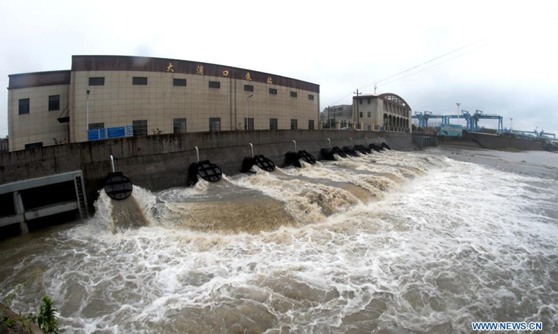 A pump station starts emergency discharging to prevent flooding in Jintang Island of Zhoushan, east China's Zhejiang Province, July 25, 2021. China's national observatory on Sunday continued its orange alert for Typhoon In-Fa, which made landfall in Zhejiang at around Sunday noon.(Photo: Xinhua)