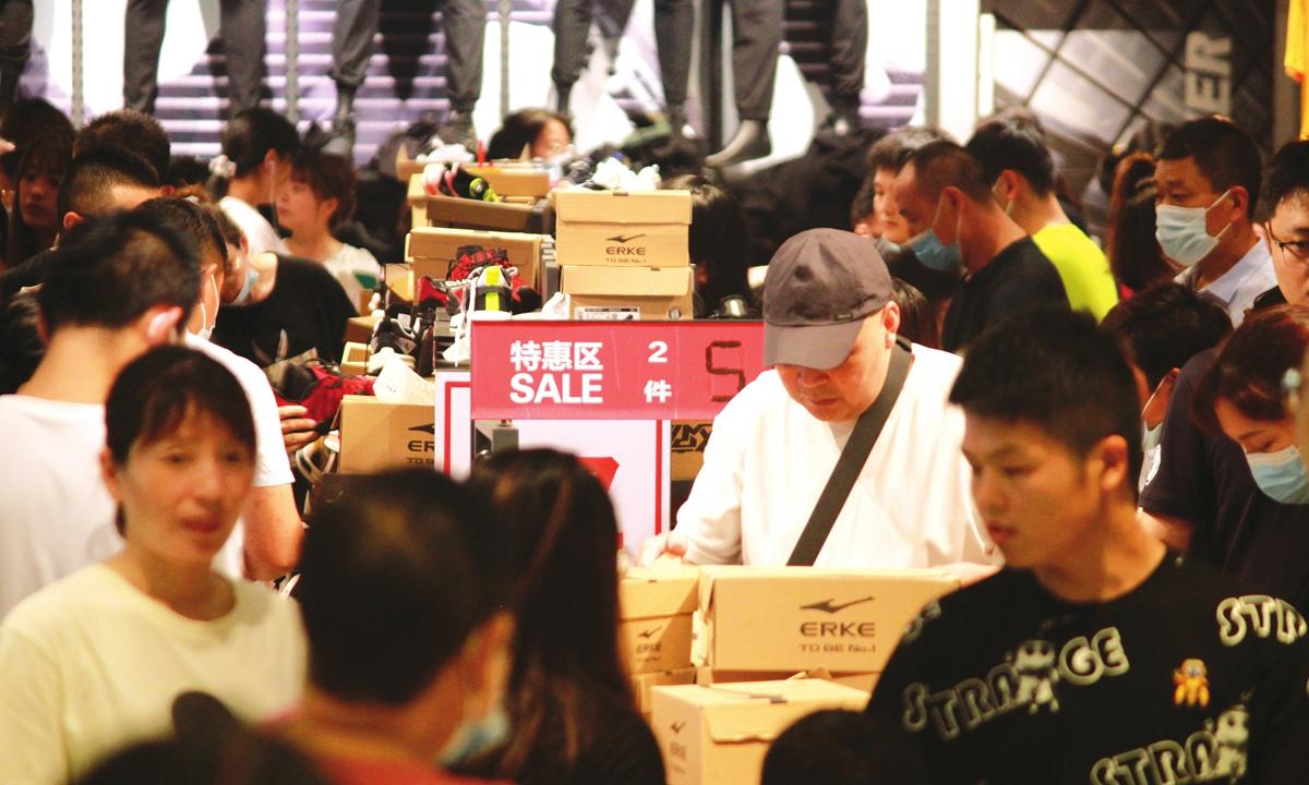 Customers visit an Erke store in Changzhou, East China's Jiangsu Province, on July 25. Photo: cnsphoto