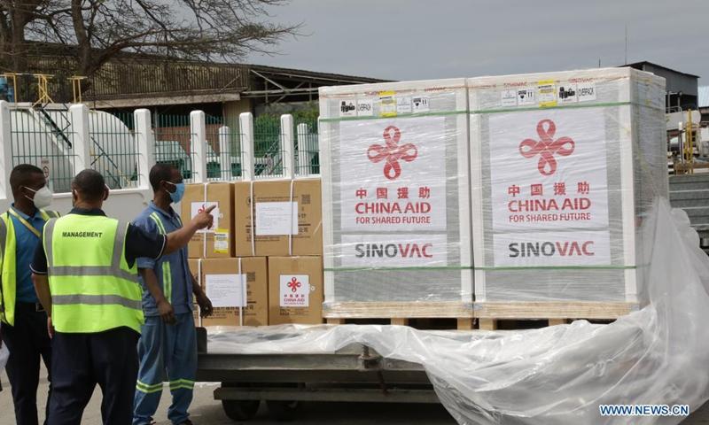 Workers prepare to transfer China-donated COVID-19 vaccines at the Abeid Amani Karume International Airport in Zanzibar, Tanzania, on July 31, 2021. Tanzania's Zanzibar on Saturday received a batch of Sinovac COVID-19 vaccines and syringes donated by China.(Photo: Xinhua)