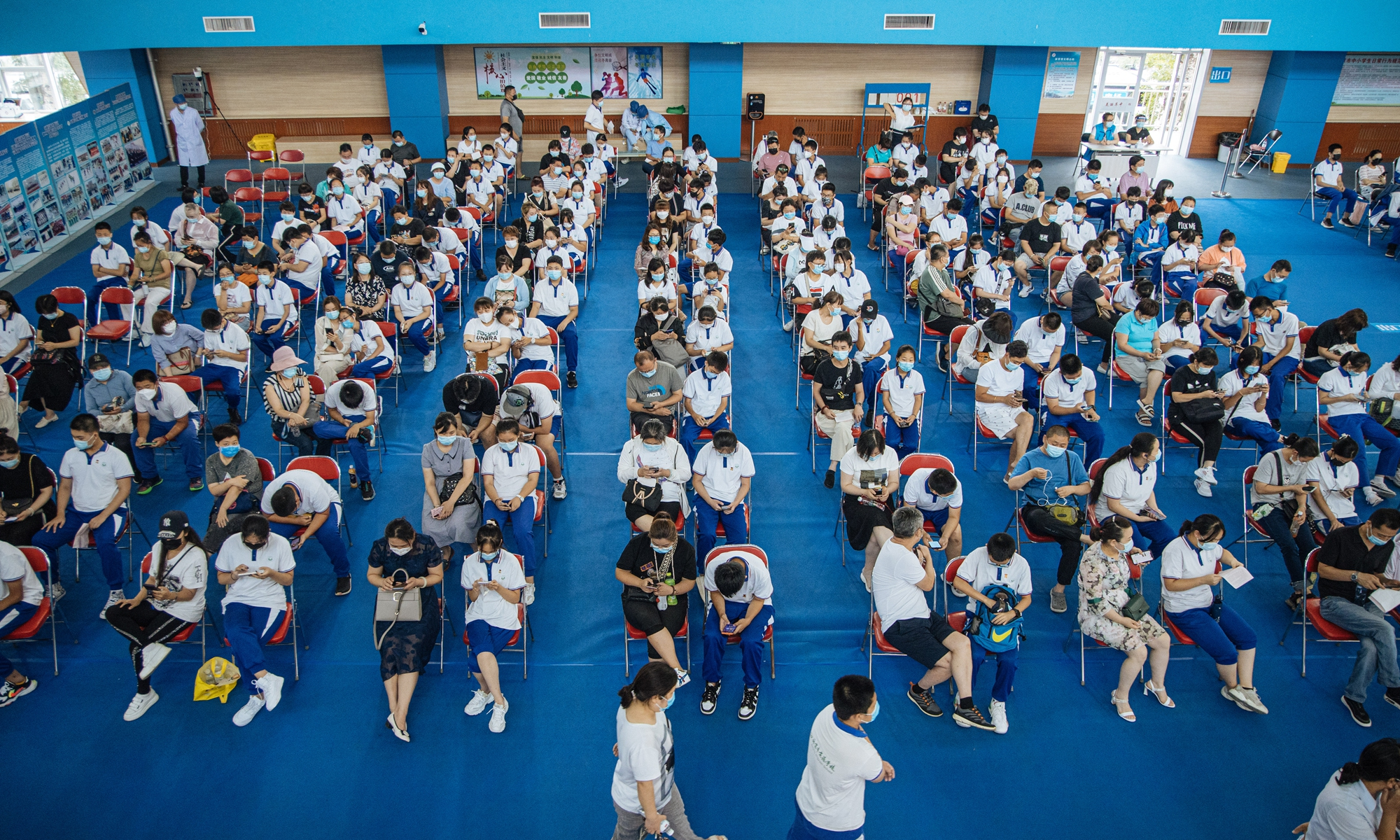 Students and their parents wait for vaccinations at the inoculation center of Pingguoyuan Middle School in Shijingshan district, Beijing as the capital city is promoting COVID-19 vaccinations for those aged 12-17. Photo: Li Hao/Global Times