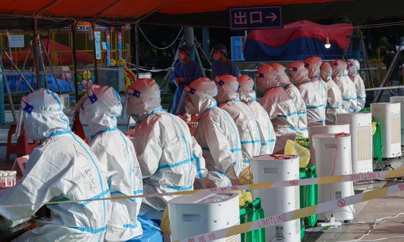 Medical workers and volunteers work on COVID-19 nucleic acid testing in Jiangdu District of Yangzhou, east China's Jiangsu Province, Aug. 6, 2021. Jiangdu District of Yangzhou launched a second round of nucleic acid testing on Friday.Photo:Xinhua