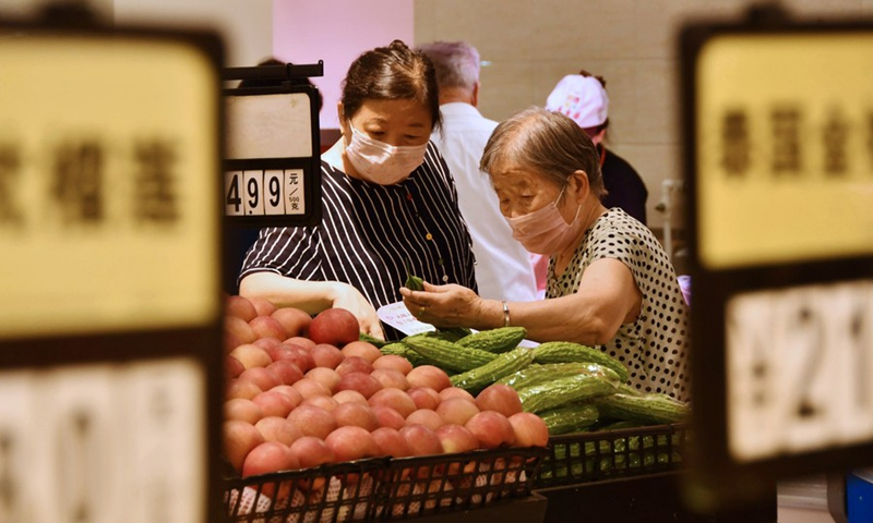 Consumers select vegetables at a supermarket in Handan City, north China's Hebei Province. File photo: Xinhua
