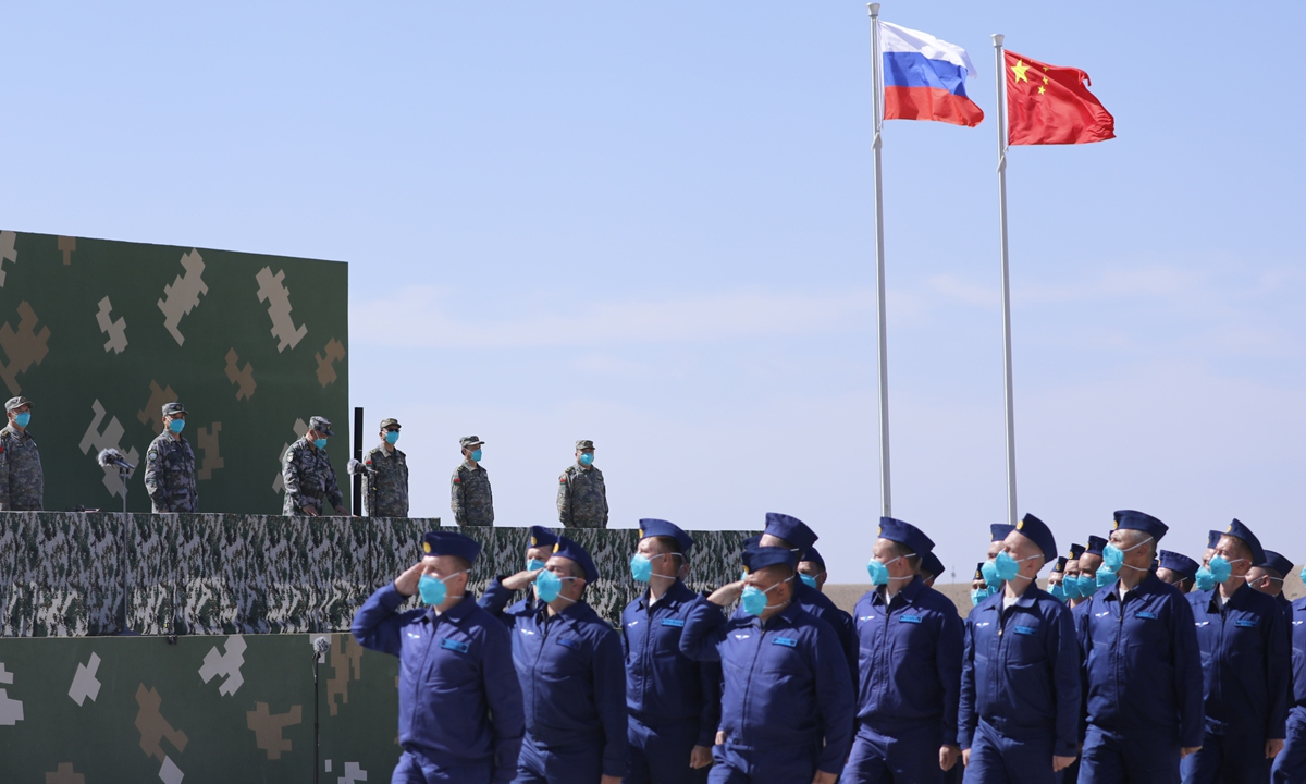 Russian Air Force soldiers pass the grandstand at the opening ceremony of a China-Russia large-scale strategic military exercise on Monday in Northwest China's Ningxia Hui Autonomous Region. Photo: Xinhua