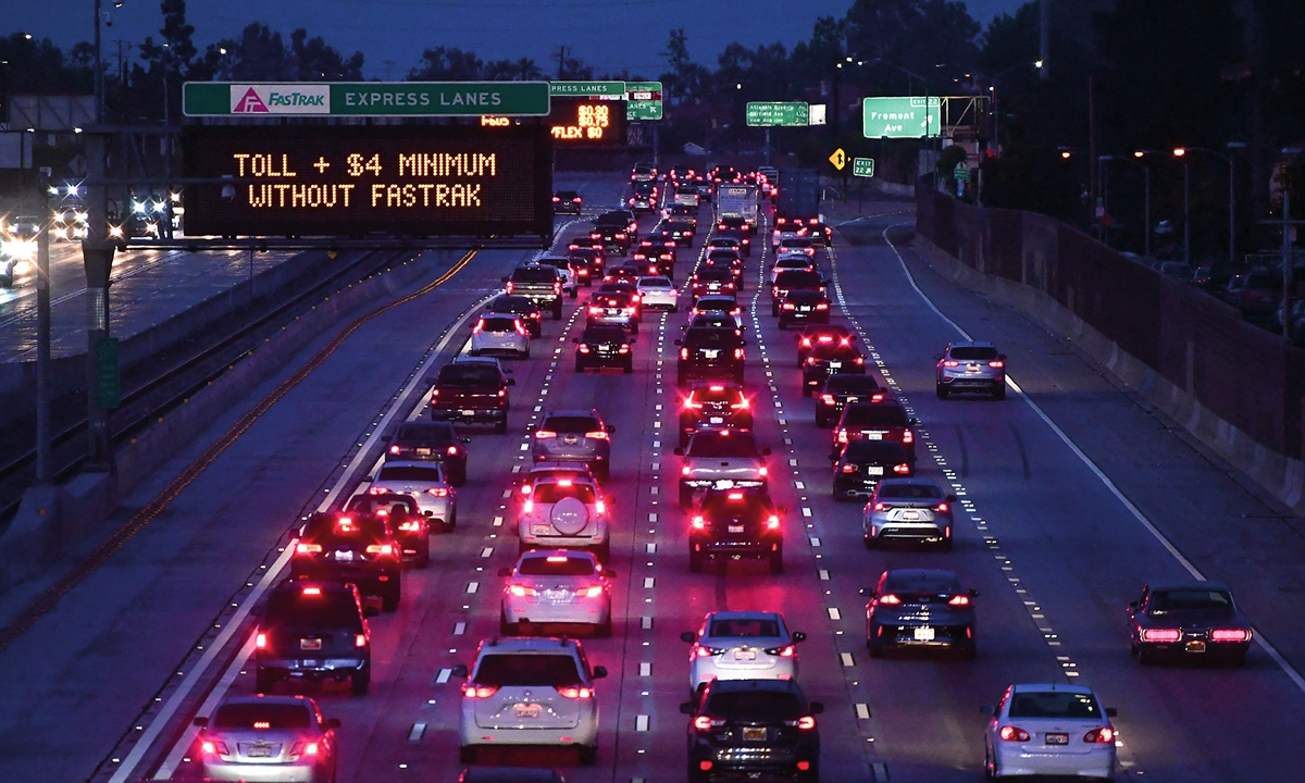 Brakelights come on as vehicles head out of Los Angeles on the Interstate 10 freeway on May 27. Photo: AFP