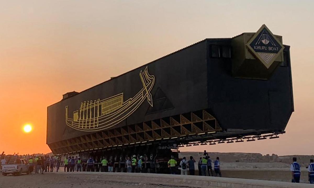 Les travailleurs ont déplacé samedi la barque solaire du pharaon Khufu (Cheops) vers son nouveau lieu de repos au Grand musée égyptien voisin. Photos : AFP