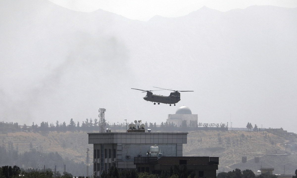 A US Chinook helicopter flies over the U.S. Embassy in Kabul, Afghanistan on Sunday. Helicopters are landing at the US embassy there as diplomatic vehicles leave the compound as the Taliban advance on the Afghan capital. Photo: VCG