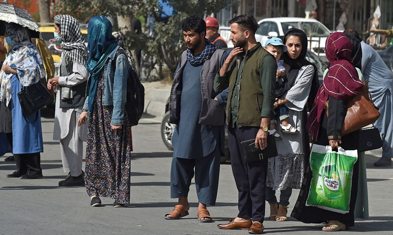 Afghan people stand along the roadside as they wait for taxi in Kabul on August 15, 2021.Photo: VCG