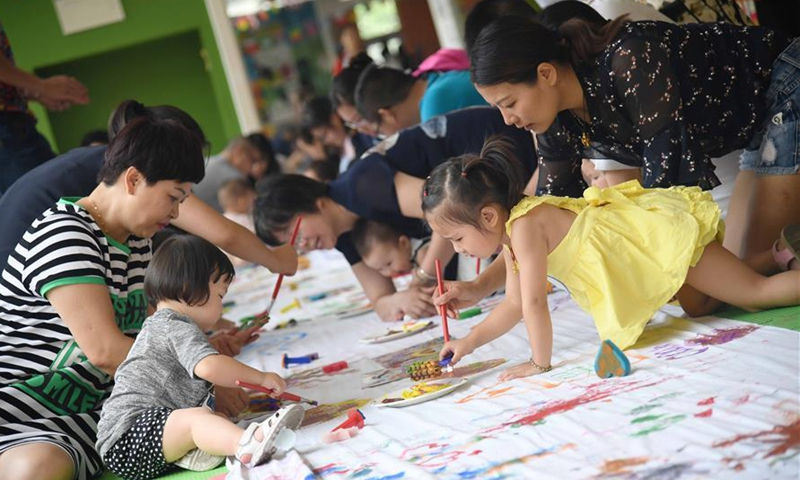 Parents and their children take part in a parent-child activity in Chengdu, capital of southwest China's Sichuan Province, July 2, 2017.File photo:Xinhua