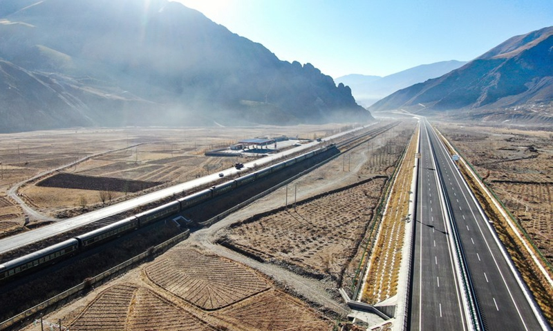 Aerial photo taken on Jan. 28, 2021 shows a section of the Lhasa-Nagqu high-grade highway (R) and the Qinghai-Tibet railway in southwest China's Tibet Autonomous Region. (Photo: Xinhua)