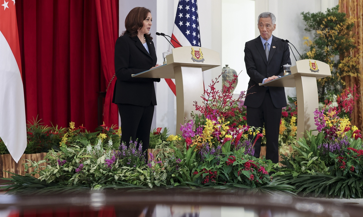 US Vice President Kamala Harris (left) and Singapore Prime Minister Lee Hsien Loong hold a joint news conference in Singapore on Monday during Harris' visit to the country. The two sides reached a series of agreements at combating cyberthreats, addressing the COVID-19 pandemic and alleviating supply chain issues. Photo: VCG