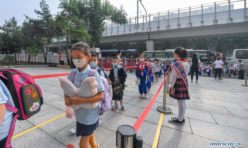 Primary students queue to enter school in Changchun, capital of northeast China's Jilin Province, Aug. 23, 2021. Primary and middle schools in Changchun greeted their new semesters on Monday. (Xinhua/Zhang Nan)