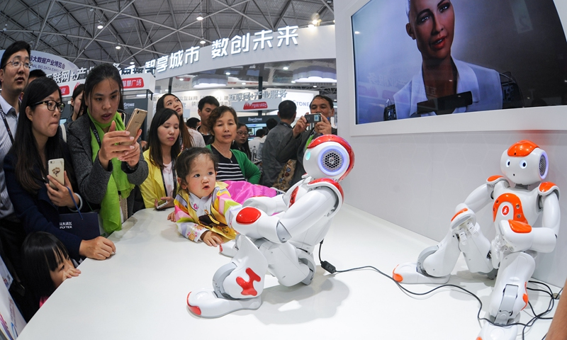 Xiaoi Robot interacts with audience Photo: VCG