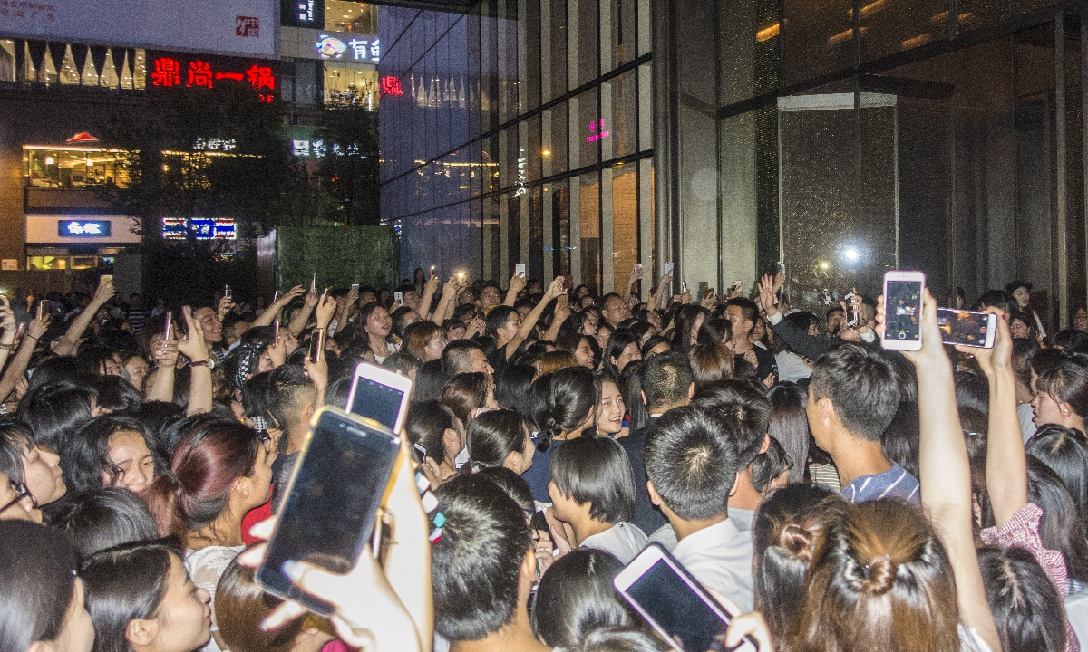 Hundreds of fans gather outside a hotel where Chinese-Canadian pop idol Kris Wu was staying in Chengdu, Southwest China's Sichuan Province, in 2017. Photo: VCG