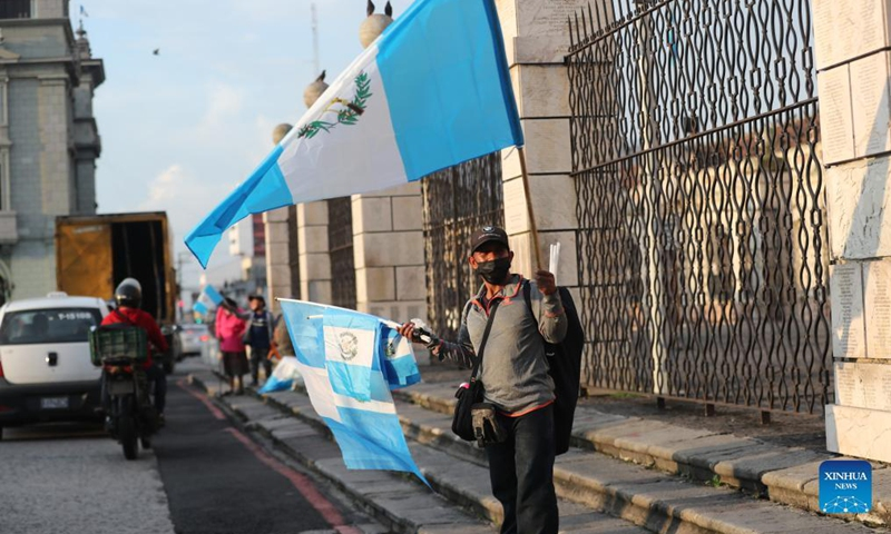 A man sells Guatemalan national flags in Guatemala City, capital of Guatemala, on Sept. 14, 2021. El Salvador, Guatemala, Honduras, Nicaragua and Costa Rica commemorated the Bicentennial of Independence of Central America on Sept. 15. Photo: Xinhua