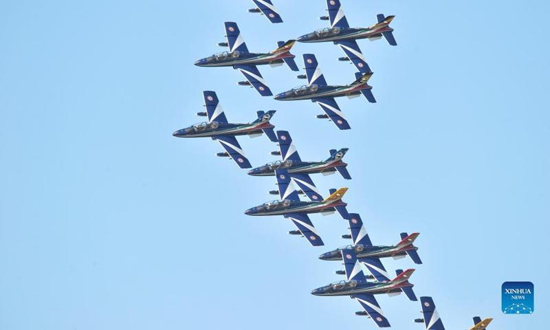 Il gruppo acrobatico italiano Frecce Tricolori esegue uno spettacolo aereo a Rivolto, Italia, il 18 settembre 2021. L'Aeronautica Militare Italiana ha tenuto lo spettacolo aereo per celebrare il 60° anniversario delle Frecce Tricolori qui sabato.  (Via / Xinhua)