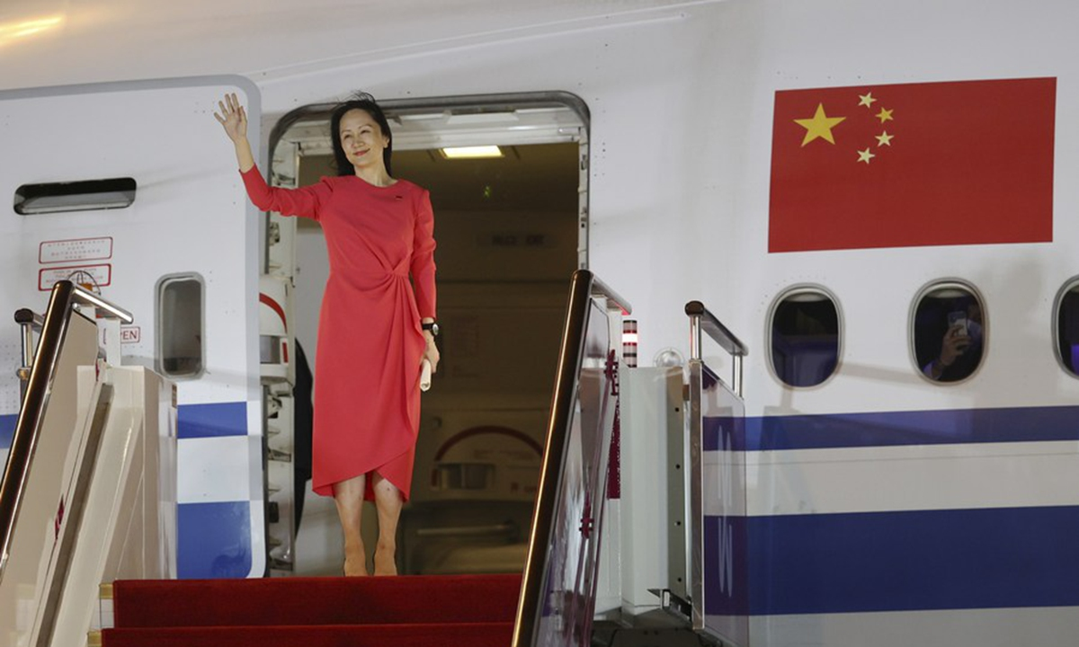 Meng Wanzhou waves to a cheering crowd as she steps out of a charter plane at Shenzhen Bao'an International Airport in Shenzhen, south China's Guangdong Province, on Saturday. Photo: Xinhua