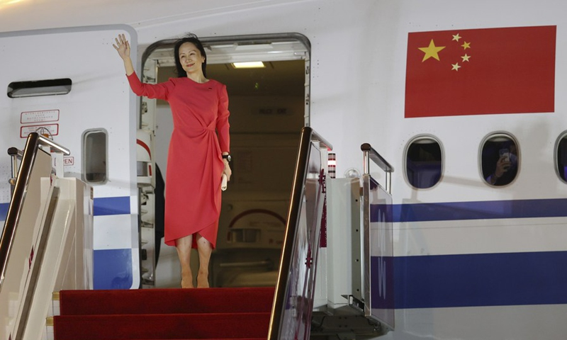 Meng Wanzhou waves to a cheering crowd as she steps out of a charter plane at Shenzhen Bao'an International Airport in Shenzhen, south China's Guangdong Province, Sept. 25, 2021.(Photo: Xinhua)