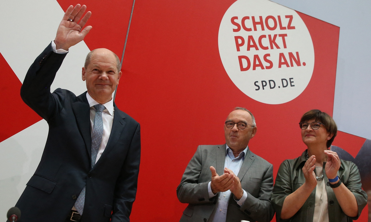 Olaf Scholz (left), the head of the Social Democratic Party (SPD), arrives at the meeting of the SPD Federal Executive Committee at Willy Brandt House the day after the Bundestag elections, on Monday in Berlin. Photo: AFP