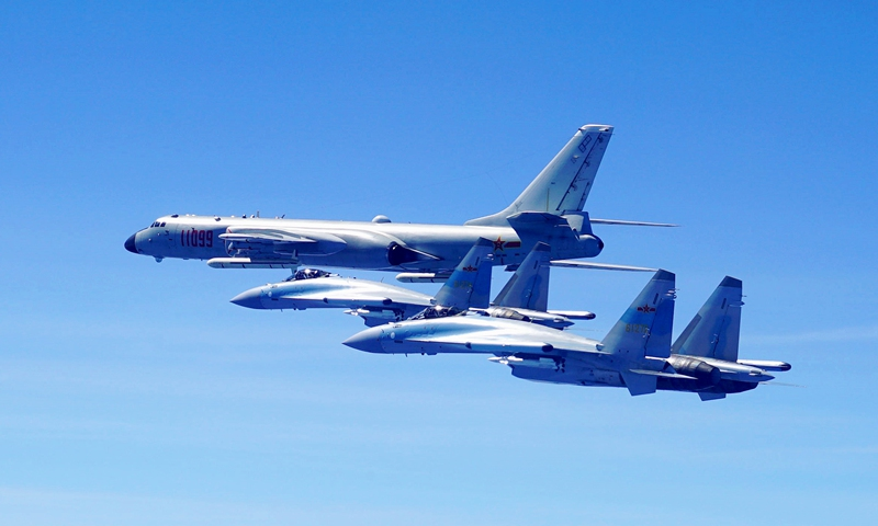 Two Su-35 fighter jets and an H-6K bomber fly in formation on May 11, 2018. The People's Liberation Army (PLA) air force conducted patrol training over China's island of Taiwan.(Photo: Xinhua)