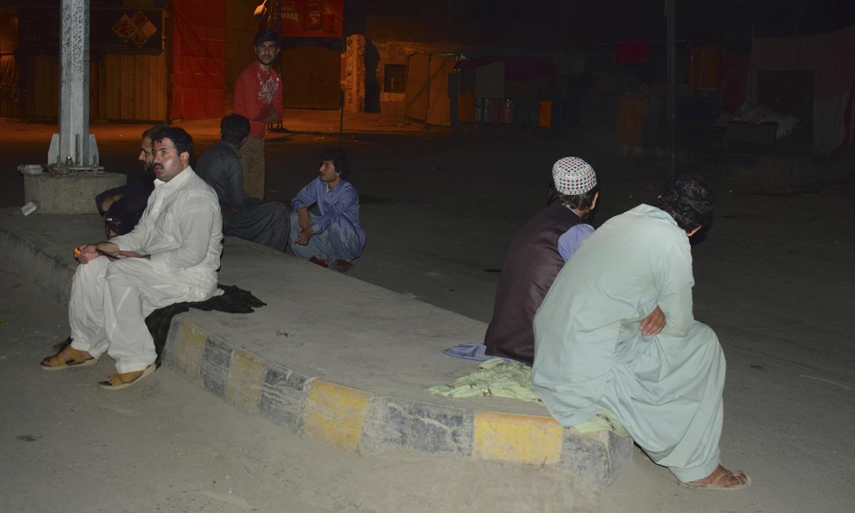 Local residents gather outside their houses following a severe earthquake felt in area near Quetta, Pakistan, on Thursday. Photo: VCG