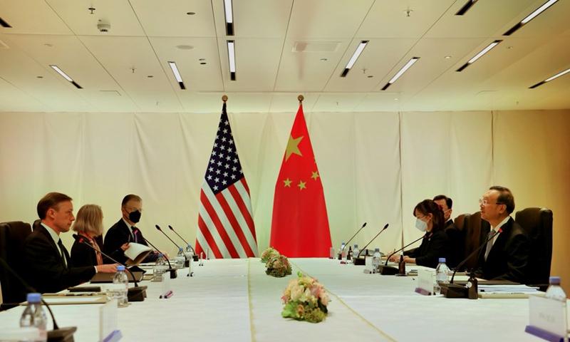 Yang Jiechi (1. R), członek Biura Politycznego Komitetu Centralnego Komunistycznej Partii Chin (KPCh), spotkał się tutaj w środę z doradcą ds. bezpieczeństwa narodowego USA Jake'em Sullivanem (1. L) (zdjęcie: Xinhua)