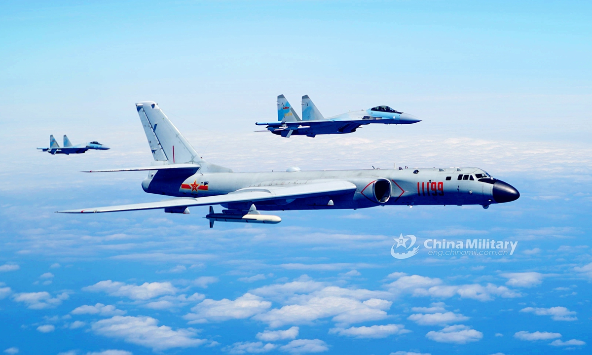 Two Su-35 fighter jets and a H-6K bomber fly in formation on May 11, 2018. The People's Liberation Army (PLA) air force conducted patrol training over China's island of Taiwan.Photo:China Military