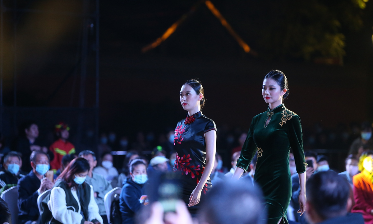 On Tuesday night, a special launch of a <em>qipao</em> and other Chinese clothing series was held in Shenyang, Northeast China's Liaoning Province, where many people came to watch models display various types of Chinese clothing. Photo: IC