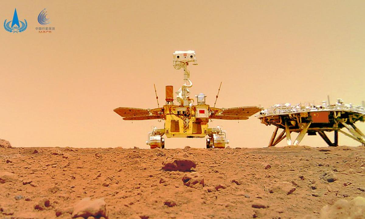 Das am 11. Juni 2021 von der China National Space Administration (CNSA) veröffentlichte Foto zeigt ein Selfie von Chinas erstem Mars-Rover Zhurong mit der Landeplattform.  (CNSA/Handout über Xinhua)
