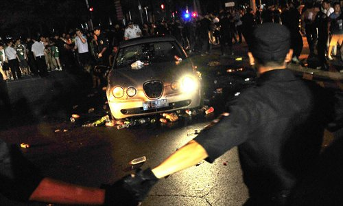 Police cordon off a car that was attacked by Guo'an fans outside the Workers' Stadium Saturday night. Photo: Osports Photo Agency